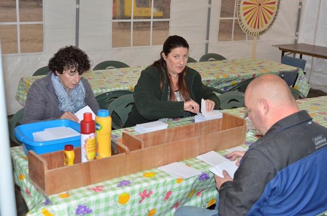 Miranda, Wilma en Gerrit bereiden de verloting voor.